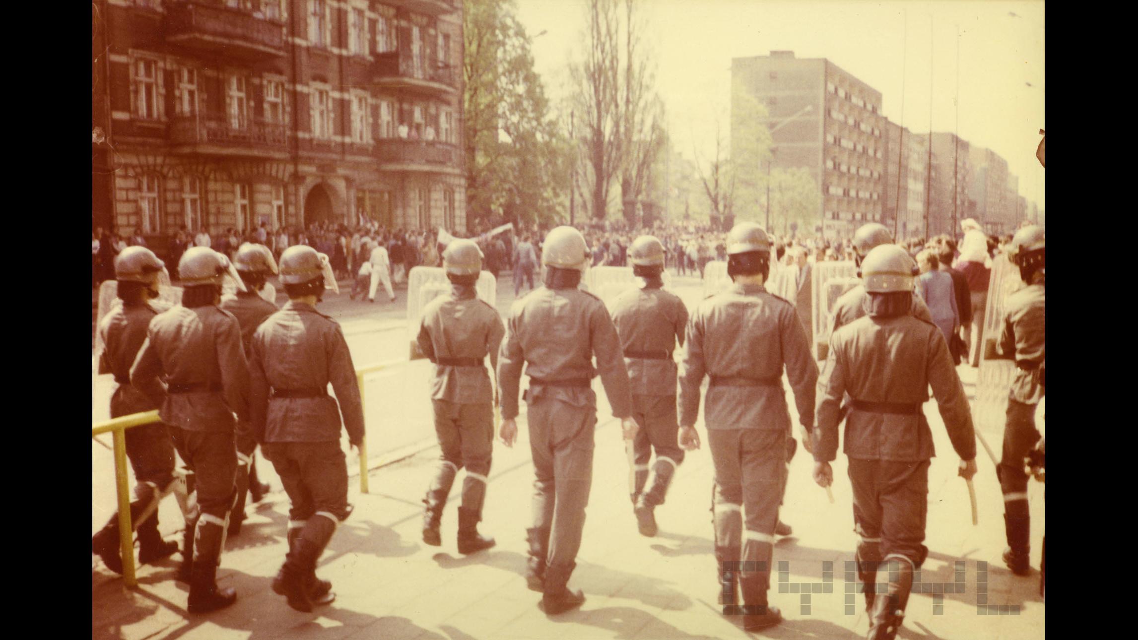 Opozycja demokratyczna w PRL - oddziały ZOMO pacyfikujące demonstrację wolnościową na ul. Głogowskiej, lata 80. ubiegłego wieku.